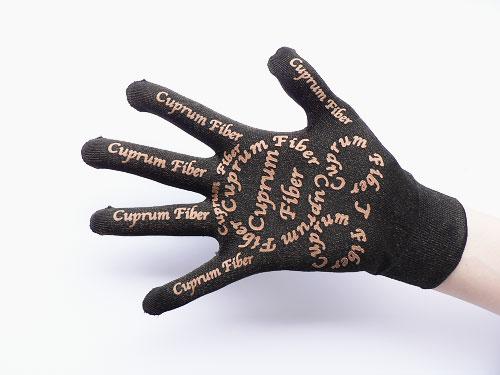 「スマホのいつも青春!」は、銅繊維を使用し、すべての指でタッチパネルが操作できる手袋です。銅繊維靴下「足もとはいつも青春」と同素材の銅繊維を手袋全体に使用し、さらに深海ミネラルパウダーをプリントしました。