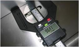 バンドソーブレードとフェンスの距離の測定