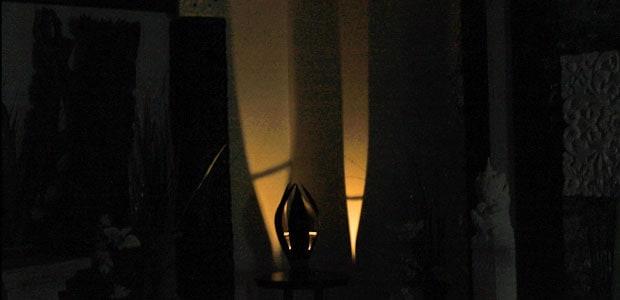 自然素材を使用したモダンでおしゃれな卓上テーブル照明です。