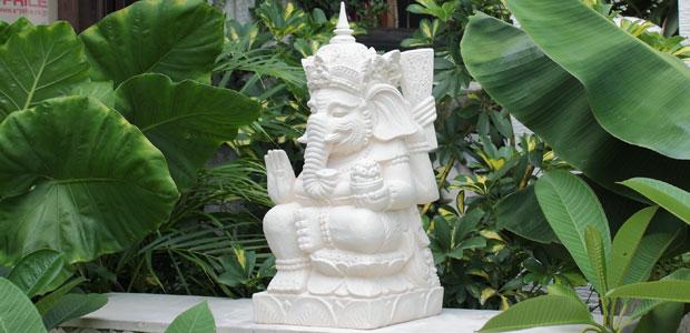 手を上げ、壷を持っているスタイルのガネーシャ神です