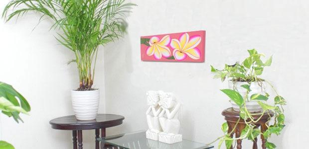 リゾートな雰囲気を演出するプルメリアの絵画。