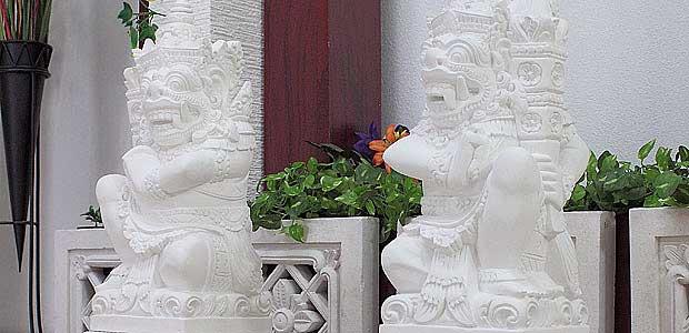 バリ島の門番ラクササ像