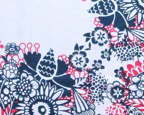 機械染めではなく、京都の職人さんによる手染めによって「ヘイニ・リータフフタ」が描き出す色や柄を丁寧に表現しています。また、通常風呂敷は、白い部分がないのが一般的ですが、アニャでは白を大胆に使ったデザインに挑戦しています。