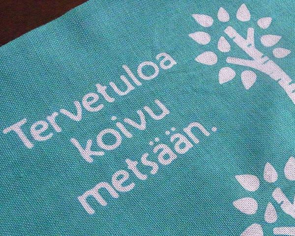 手ぬぐいの左上にはフィンランド語で『白樺の森へようこそ』の文字が。