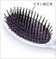 ブラシ毛の1本1本にクレイツイオンを練り込んで加工