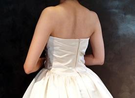 背中の開いたウェディングドレス