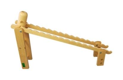 落として遊ぶ木のおもちゃ