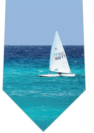 青い海とヨット一隻ネクタイの写真