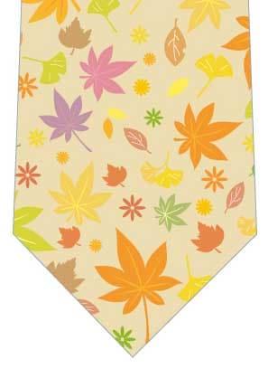 カラフルな落葉ネクタイ(からし色)の写真