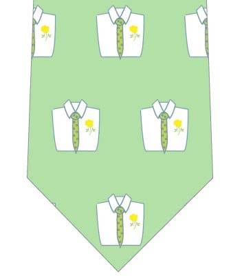 緑色のネクタイを着けたシャツが並んだネクタイの写真