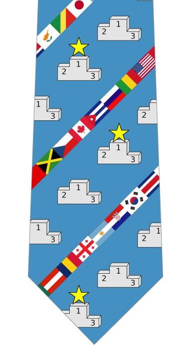 表彰台と国旗ネクタイ(水色)の写真