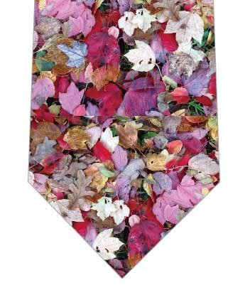 色鮮やかな落葉ネクタイの写真