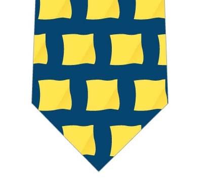 並んだ黄色いハンカチネクタイ(紺)の写真