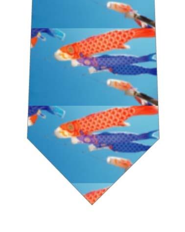 空と色鮮やかな鯉のぼりネクタイの写真