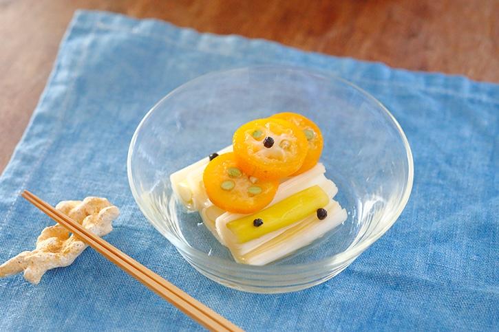 季節の恵みを大切にいただく 保存食暦「金柑と長葱のピクルス」