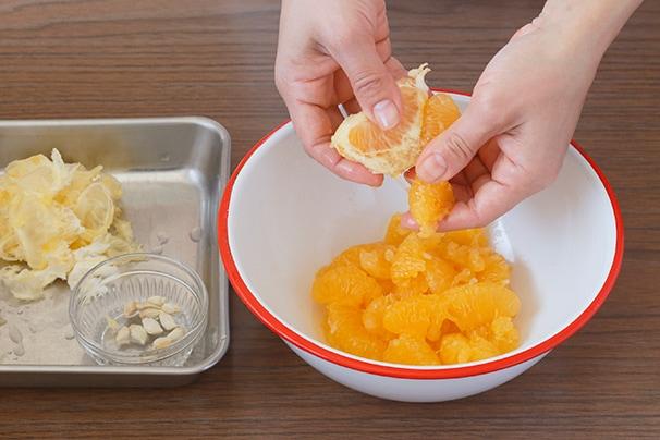 薄皮を剥、種と果肉を分ける