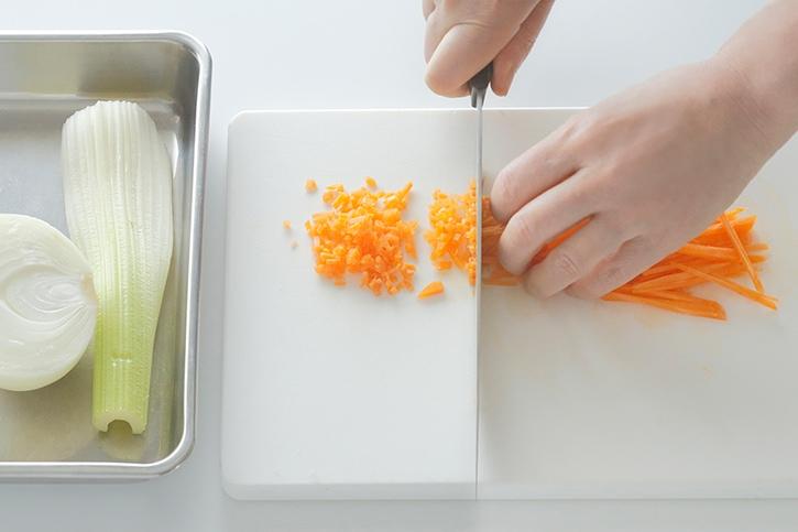 他の野菜を切る