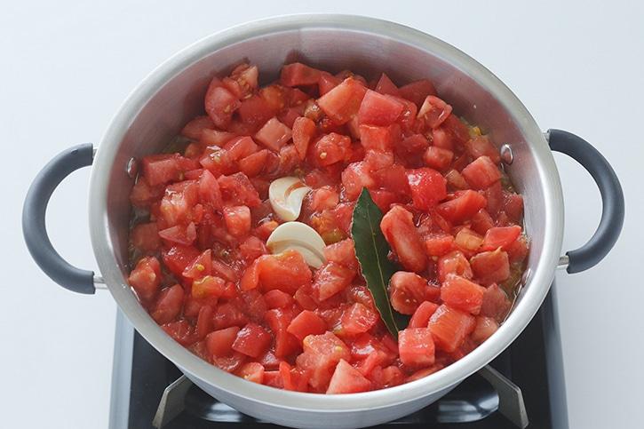 トマト、ニンニク、ローリエを加える