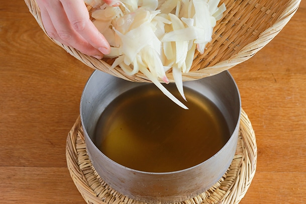 新生姜を酢液につける