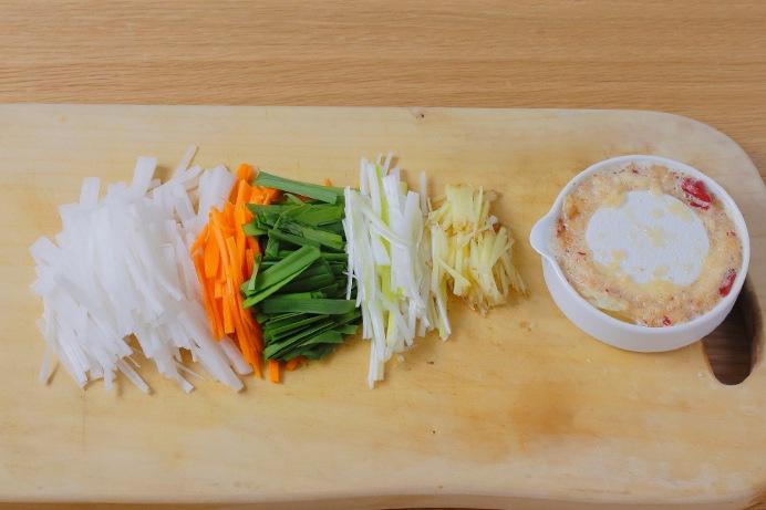薬念(ヤンニョム)の野菜を切る