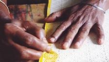 フェアトレード品の生産者 インドの伝統工芸品山羊革バッグ・お財布などを作っています