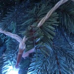 ツリーの枝を利用して電球を固定します。