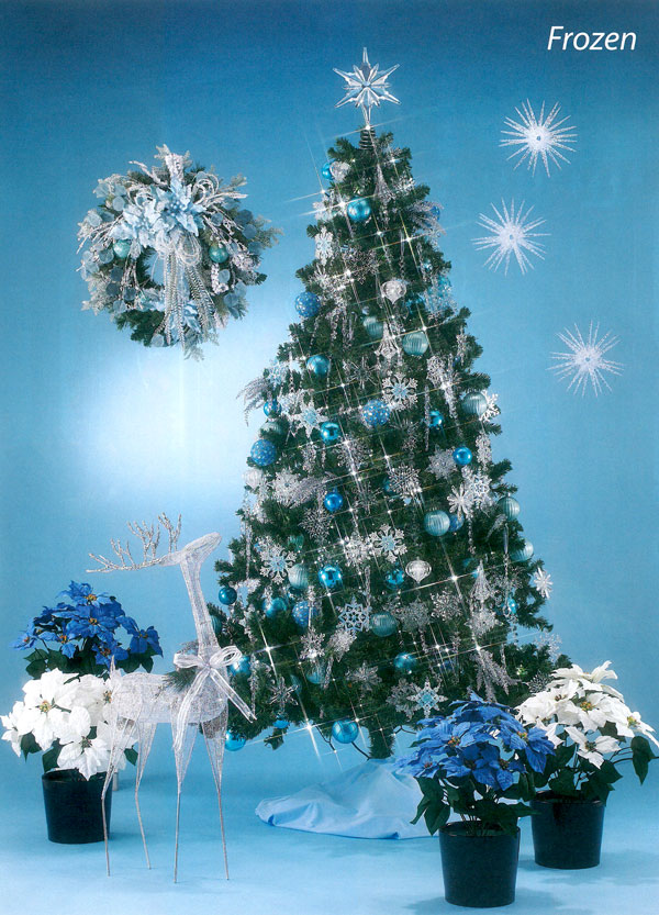 青やシルバーのモチーフが輝く氷がテーマのツリー