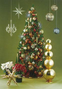 棘のあるボール、アーバンカラーの飾りでまとめた大人っぽくゴージャスなツリー