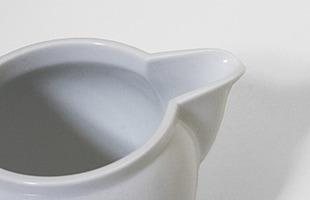 注ぎ口は生地を他の部分より薄くし、かつ、釉薬も薄くなるよう緻密に作られているため、湯切れよく、液だれしにくくなっています
