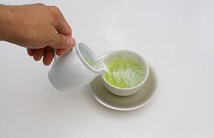 日本茶は熱湯ではなく、70〜80℃くらいのお湯で淹れると美味しくなると言われており、沸騰したての湯を急須に注ぐ前に、湯温を調整するための「湯冷し」としても茶海は重宝します