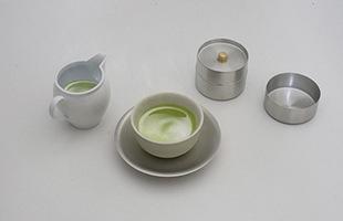 一緒にデザインされた汲み出し茶碗を載せて頂くと、その繊細な美しさがより一層際立ちます