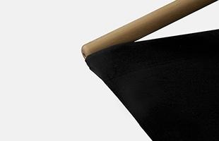 墨染のような深みのある「Kuro」は空間をピリッと引き締めてくれる一脚です