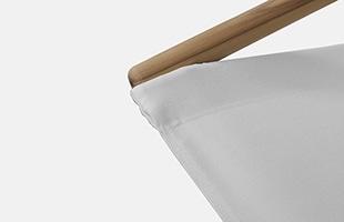 帆布そのものの色を活かした「Kinari」は通常モデルのホワイトとよく似て見えますが、よりナチュラルで柔らかな印象です