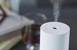 超音波振動でアロマオイルをきめ細かい霧状にし空気中に拡散させ最大40畳(70平方メートル)まですばやく香りを広げます