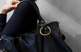 鞄に引掛けて、アクセサリー感覚で持ち運びが出来ます
