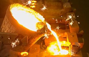 江戸時代から受け継がれてきた岩手の伝統工芸品・南部鉄器は高い技術と1500℃にも及ぶ高温作業などのいくつもの工程を経て作り上げられるため一生ものとして愛用することができます
