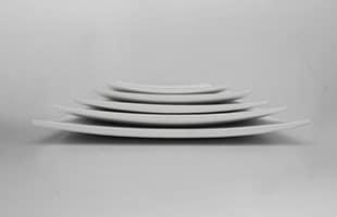 art・craft アート・クラフト 角皿 Kawara は中心から縁に向け緩やかに反った形状をしています