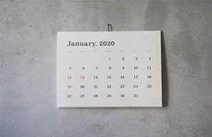 真っ白な面に整然と文字が並ぶ美しいカレンダー 葛西薫 デザイン/2020年 壁掛け カレンダー