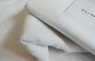 厚手の「麻布十四番」は織り上げたまま洗い加工を施していない生機であり、洗うたびに柔らかく丈夫になっていきます