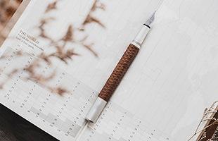 万年筆の命とも言われるペン先には、信頼性の高さで知られるドイツ・シュミット社製を採用