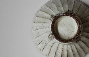 釉薬に浸す時につく指の跡も、そのまま底の部分に活かされています