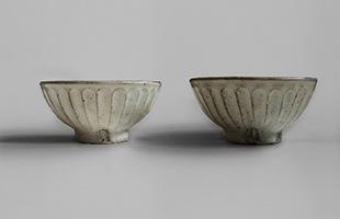 サイズ比較 左 : 陶房金沢 飯碗 粉引 しのぎ 小 右 : 陶房金沢 飯碗 粉引 しのぎ 小