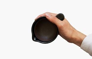 取っ手部分を親指に引っ掛けるようにして持てばかき混ぜる時にも手の中で安定するため、しっかりとかき混ぜて粘りを出すことができます