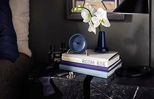 より現代的なカラーを纏ったアルネ・ヤコブセン テーブルクロック シティホール。ご自宅のインテリアに、また特別な方へのギフトとしてもおすすめです