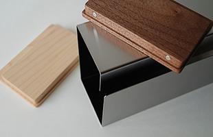 長方形のフォルムとステンレス素材の組み合わせで「モダン」「クール」「無機質」といった印象に振れがちなところを、天然木を組み合わせることで上手く和らげ、置かれる場所を選ばないデザインに仕上がっています