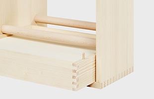 オリジナルでは1本だけだった引き出しの貫木は現行モデルでは2本に改良され、抜け落ちないように木製のダボも施されました
