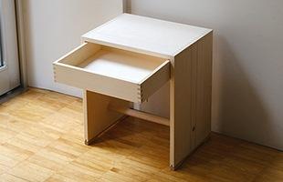 そのままスツールやサイドテーブルとして使用したり、横に倒したり逆さにすればちょっとしたシェルフやマガジンラックにも