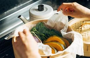 塩もみしたお野菜を包んで絞って水気を切ったり、食材を蒸すのに使ったり、お出汁を漉すのにも便利です
