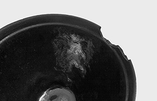 水を入れても錆びが出ないようホーロー加工が施された本体は、鉄の鋳肌を生かした仕上げに