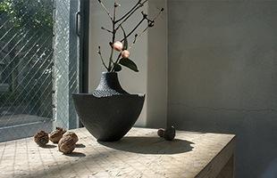 本体の口縁部には陶器が欠けたような凹みが意匠として施され、和の「侘び寂び」を強く感じさせるデザイン